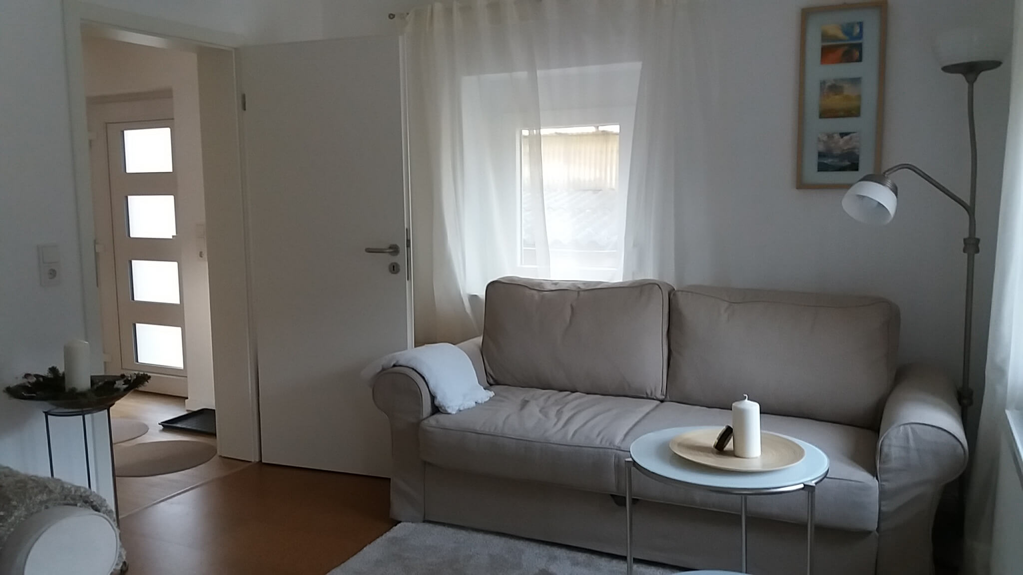 Wohnzimmer mit Sofa, Tür