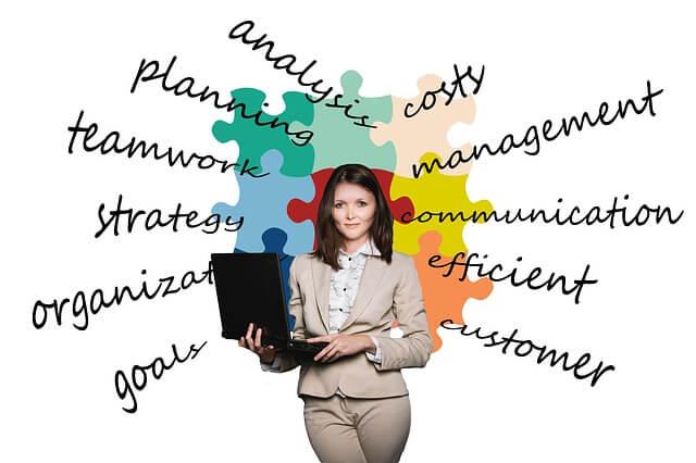 Frau mit Laptop vor Plakat mit Sprüchen