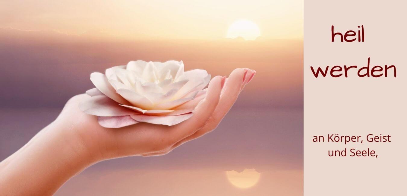 Collage zum Thema Heilwerden, Hand mit Lotusblüte