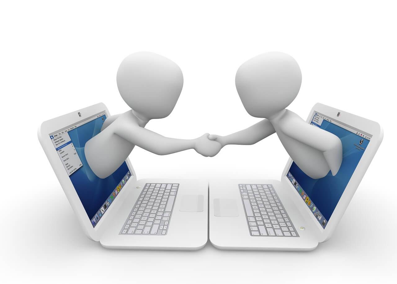 2 Figuren Hände schüttelnd vom Laptop aus